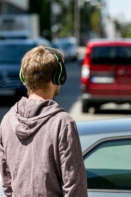 Wenn Kopfhörer oder Headset das Gehör beeinträchtigen, sind sie nicht erlaubt