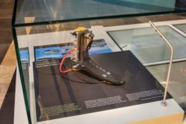Mit Systemen, die Körperenergie in Strom umwandeln, wie diese Fußprothese, wollen Forscher des KIT transportable Elektrogeräte wie Smartphones oder Herzschrittmacher betreiben.