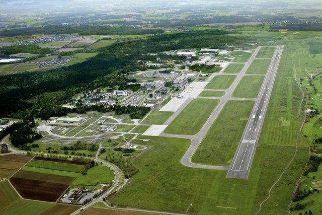 Blick auf die Anlage und die Start- und Landebahn des FKB