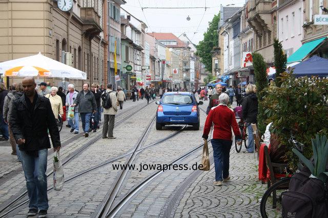 Von wegen, es ist eine Fußgängerzone: Noch immer fahren jede Menge Fahrzeuge einfach mitten durch Durlach