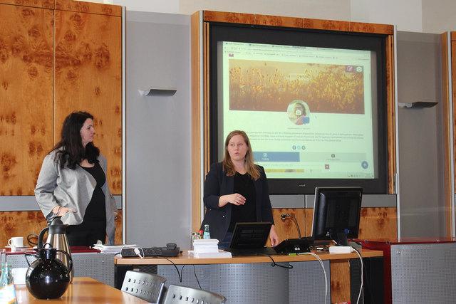 Tanja Zipp und Verena Goepfrich von der Zentralredaktion erläutern die neue Leserreporter-Plattform.